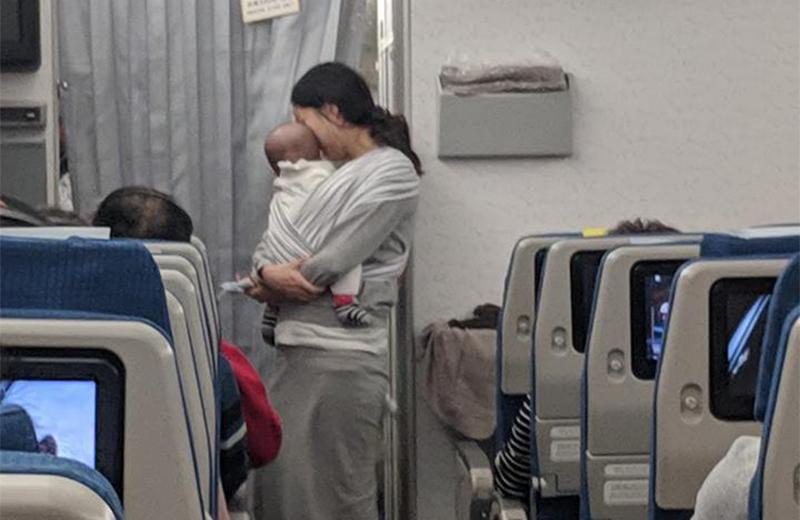 أم تقدم هدايا لركاب الطائرة التي سافرت عليها مع ابنها