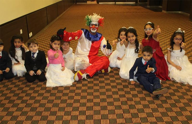 بادرة لطيفة من عريسين أسعدت الأطفال في حفل زفافهما