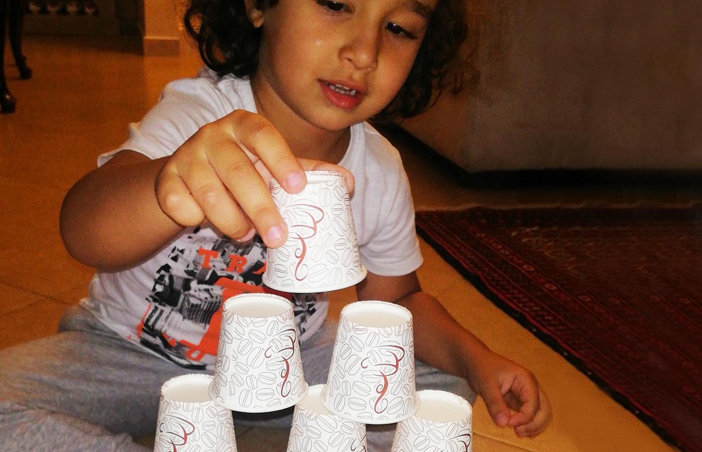 10 أفكار لتعليم طفلك عن طريق اللعب بالأكواب الورقية