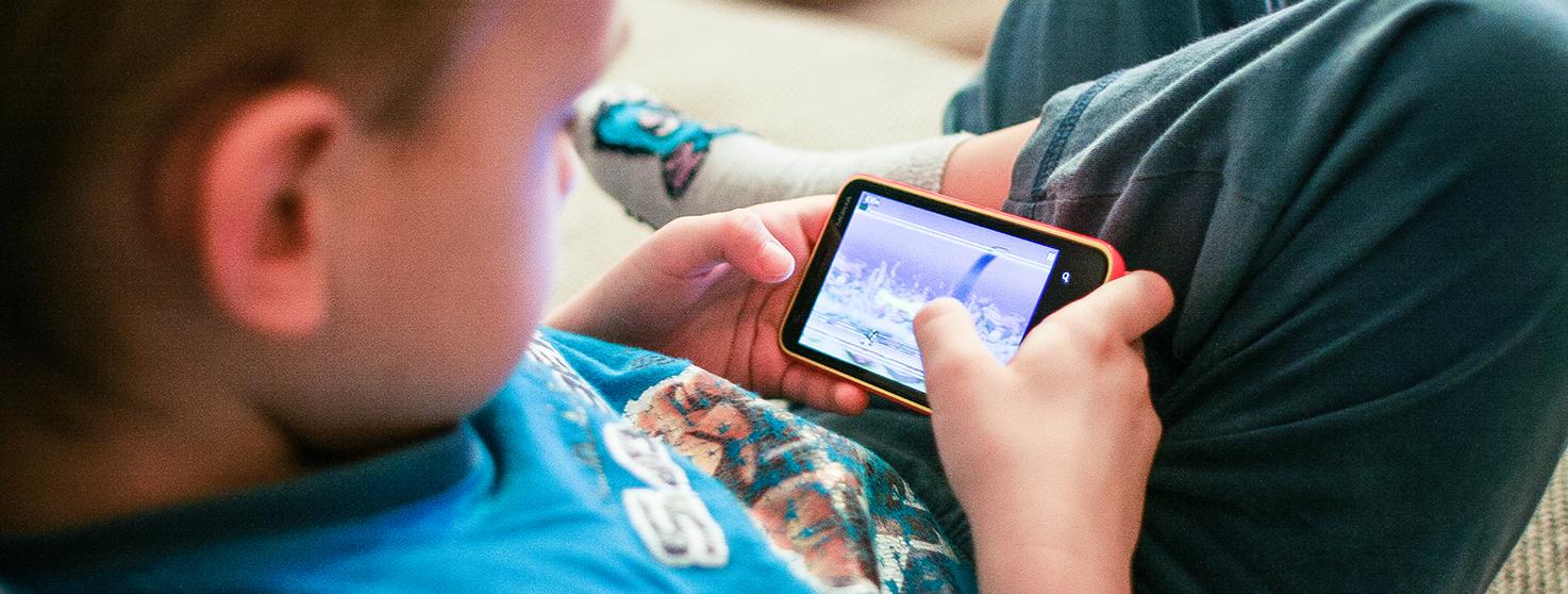 دراسة جديدة: إعطاء طفلك هاتفاً ذكياً يعادل إعطاؤه الكوكايين