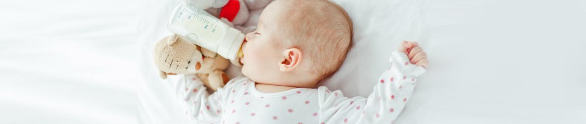 استعمال الزجاجة لإرضاع الطفل حليب الأم