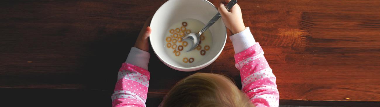 ماذا تفعلين إن كان طفلك لا يحب شرب الحليب؟