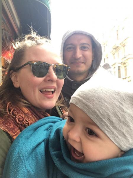 صورة لأم وأب برفقة طفلهم الصغير في إحدى الشوارع