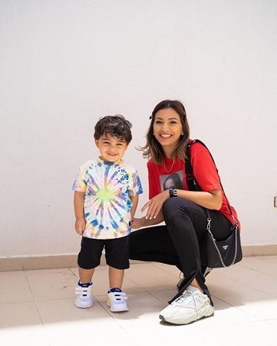 المدونة دانه مع طفلها
