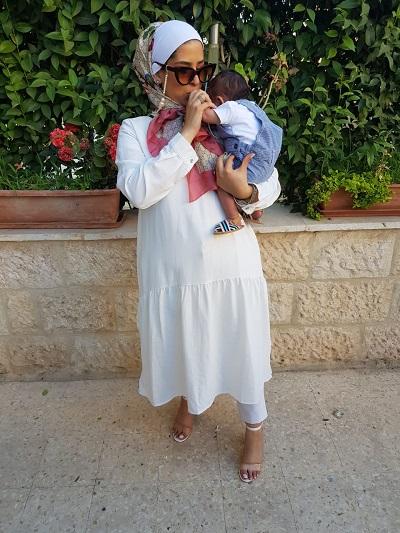 المدونة مرح فواز مع طفلتها