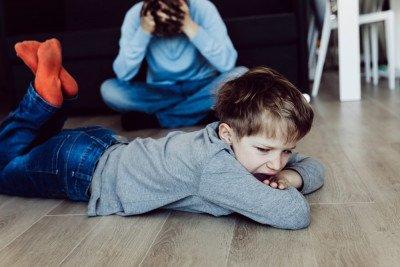 لماذا يسلك الأطفال سلوكيات صعبة ويتصرفون بطرق غير مناسبة؟