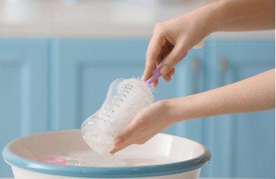 الطريقة الصحيحة لغسل وتعقيم الرضاعات