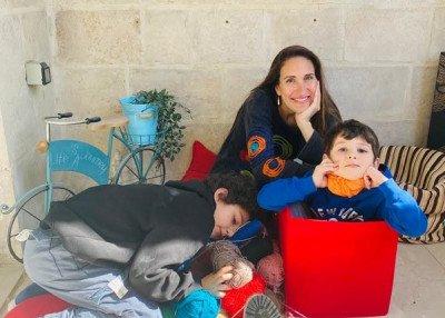 أم تدعم الصحة النفسية مع أطفالها عن طريق الفن