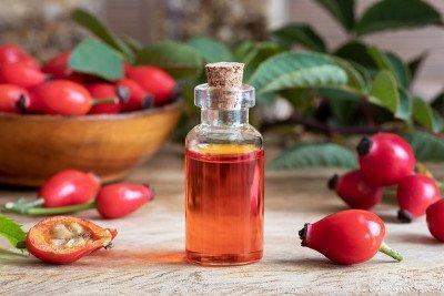 فوائد واستخدامات زيت ثمر الورد