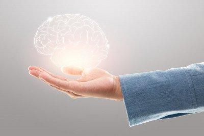 مقارنة بين الدماغ الأيسر والأيمن وكيف يؤثران على طرق تفكيرنا
