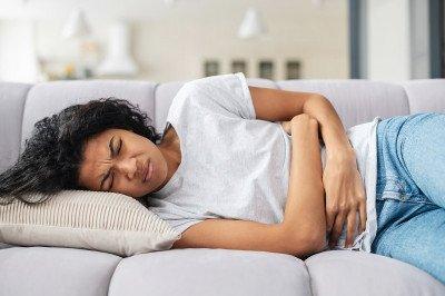أسباب المغص قبل الدورة الشهرية وطرق علاجه
