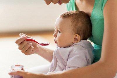 متى يجب البدء بإطعام الرضيع وكيف؟