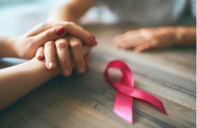 كيف تدعمين صديقتك المصابة بسرطان الثدي