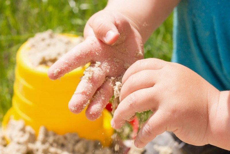 6 فوائد للعب الأطفال الصغار بالرمل