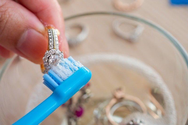 10 طرق لتنظيف المجوهرات والحلي وتلميعها