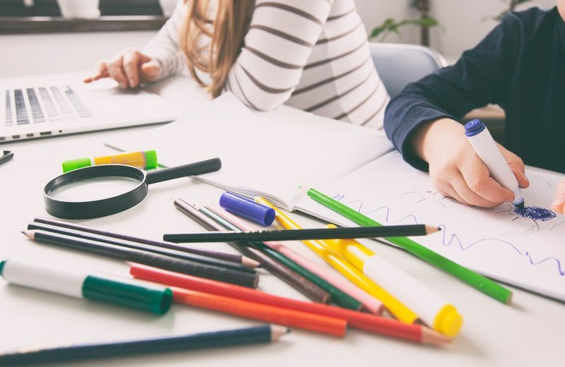 7 طرق لإلهاء طفلك الصغير لتنجزي مهامك