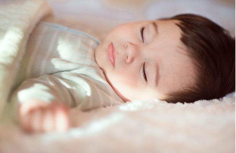 أهم العلامات التي تدل على أن طفلك ينام بشكل كافٍ أم لا