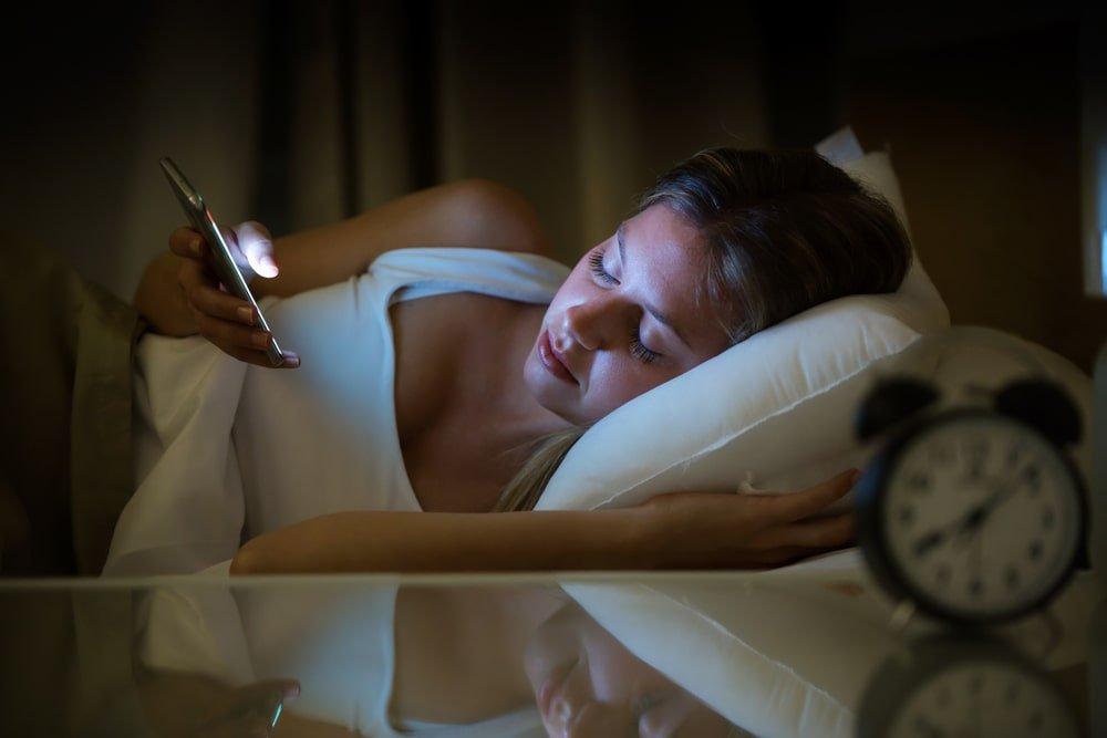 لماذا نماطل في وقت النوم ونحن نتصفح هواتفنا كل ليلة؟