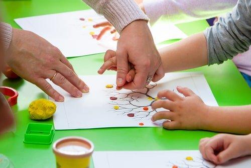 طفل من ذوي الاحتياجات يلعب على الطاولة