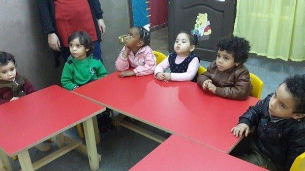 أطفال صغار مجتمعين داخل الحضانة