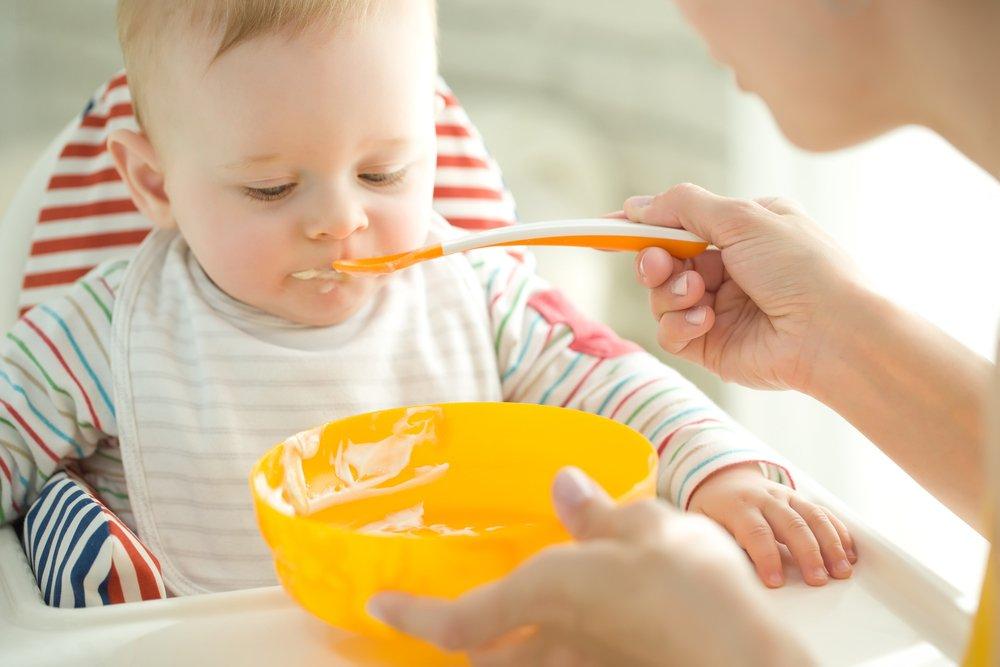 طفل يبدأ يتناول الطعام الصلب المهروس