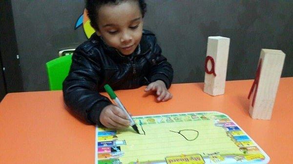 طفل في الحضانة يلعب ويرسم