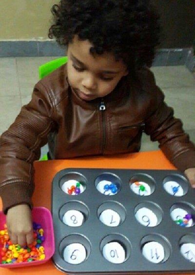 طفل يلعب ويتعلم الأرقام في الحضانة