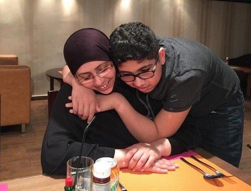 طفل يحضن أمه