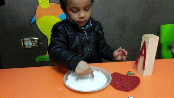 طفل يلعب ألعاب حسية في الحضانة