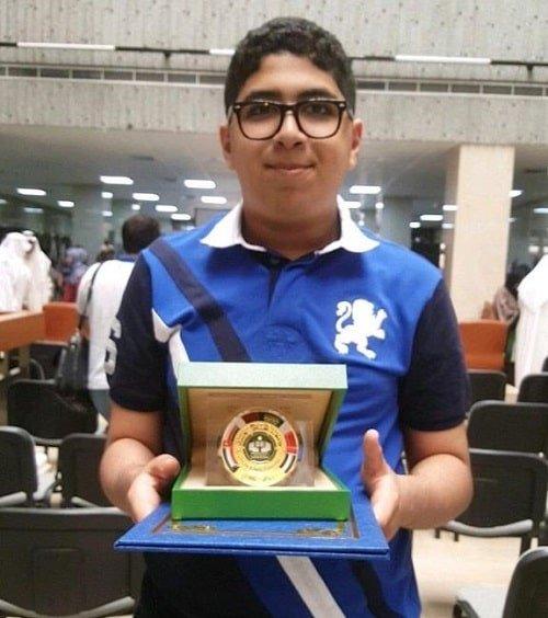 طفل يحمل جائزة تكريم