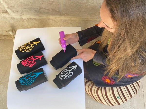 امرأة تصنع الحرف اليدوية