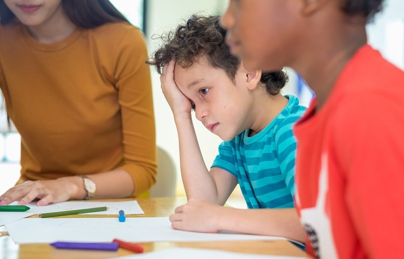 ماذا تفعلين عندما لا تكونين راضية عن معلم صف طفلك؟