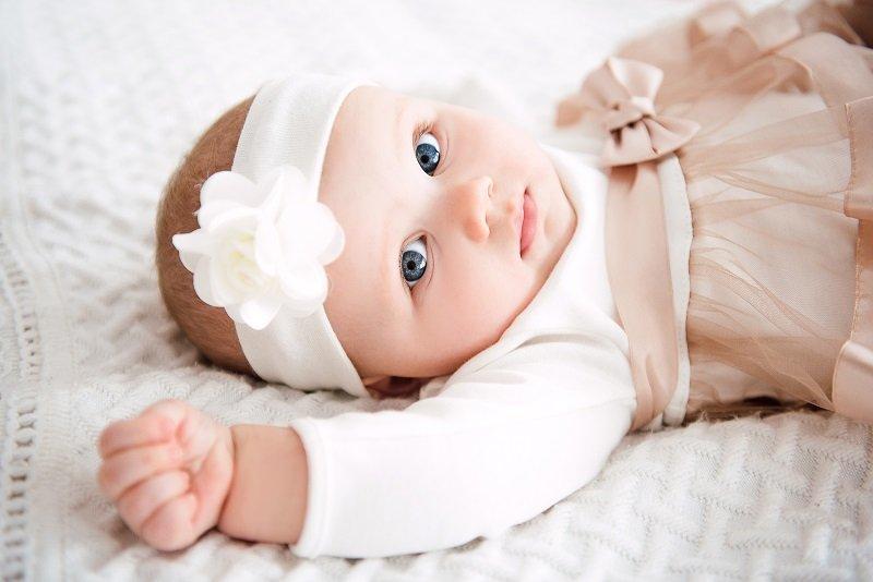 أجمل الإطلالات والملابس للأطفال الرضع للمناسبات الاجتماعية
