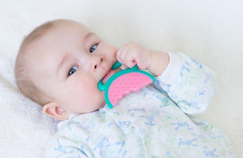 10 علاجات طبيعية لتهدئة آلام التسنين عند الرضع