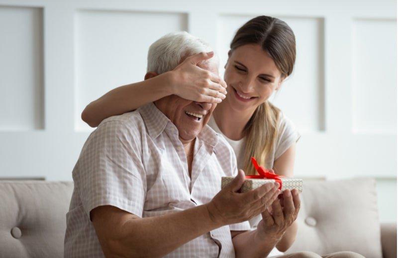 كيف نُسعد والدينا؟ هل الهدايا هيَ كل شيء؟