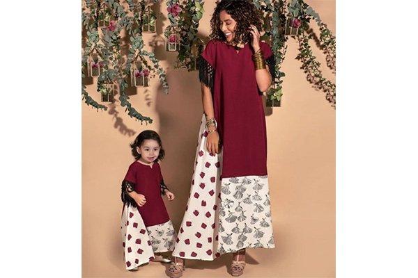 أم وطفلتها يرتدون جلابية