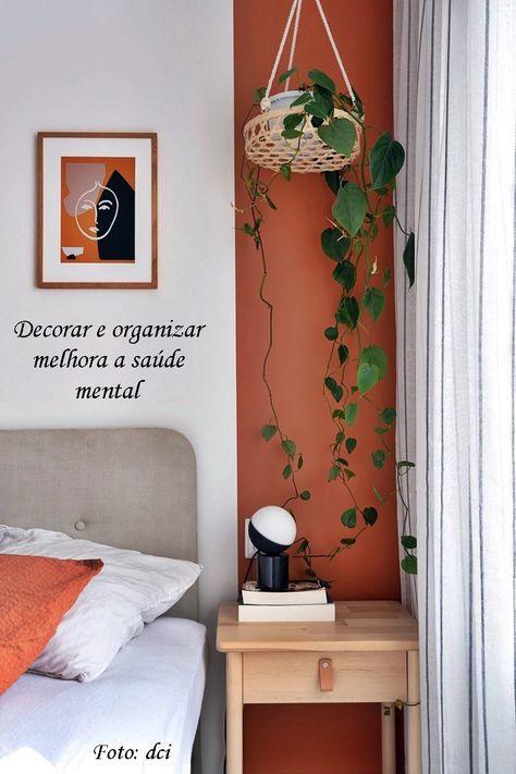 نباتات داخلية بجانب السرير