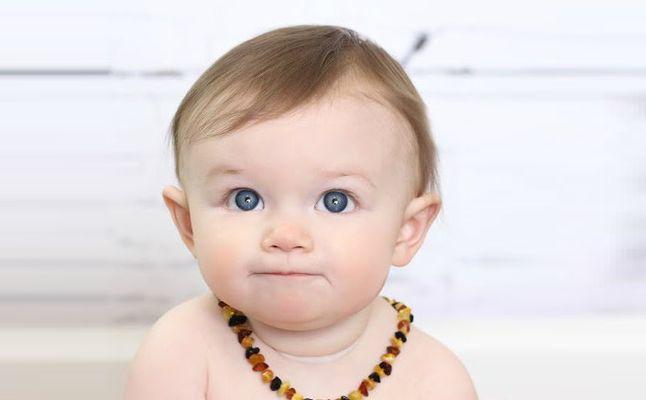طفل رضيع يرتدي قلادة العنبر البلطيقي